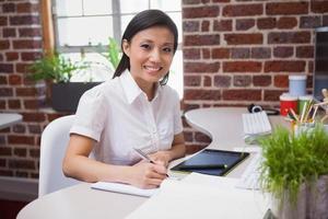 designer casual, trabalhando na mesa dela foto