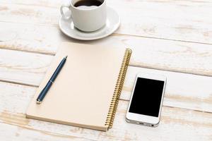 vista de mesa de trabalho escritório com laptop foto