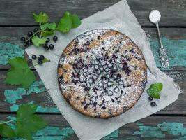 torta de amora na velha mesa de madeira foto