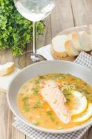 sopa de salmão no fundo da mesa de madeira foto