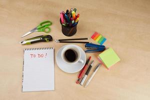 ferramentas de escritório em cima da mesa de madeira