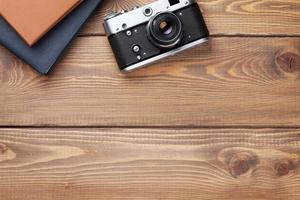 mesa de mesa de escritório com câmera e bloco de notas foto