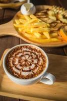arte de café com leite sobre a mesa de madeira foto