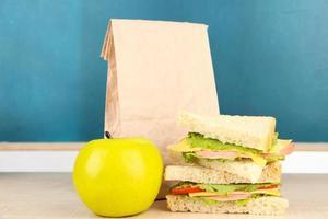 café da manhã escolar na mesa do fundo do quadro foto