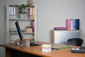 interior pequeno, simples e limpo do escritório foto