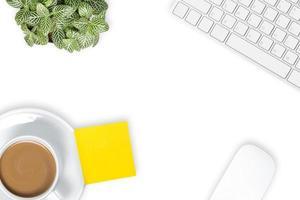 mesa de escritório com uma xícara de café foto