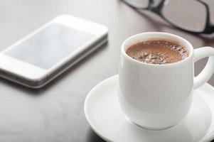 café e telefone inteligente foto