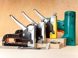 ferramentas - grampeadores elétricos e mecânicos para trabalhos internos foto