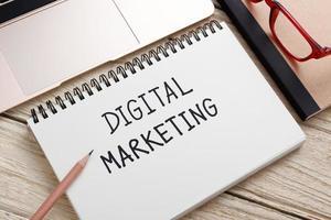 conceito de marketing digital na mesa de trabalho foto