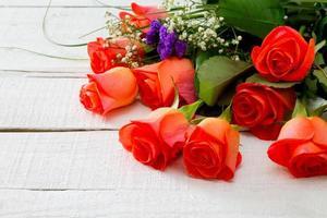 flores rosas rosa em fundo branco de madeira