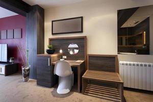 mesa e cadeira no interior do quarto de hotel de luxo