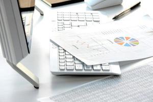 conceito de negócio, mesa no escritório sem pessoa foto