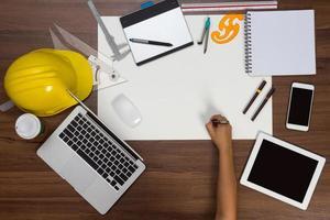 mesa de escritório fundo mão escrevendo caneta projeto de construção foto