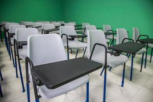 cadeiras alinhadas foto