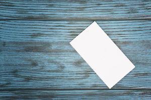 cartão de visita em branco em cima da mesa foto