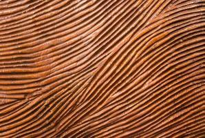 madeira vermelha esculpida tradicional com linha de fluxo foto