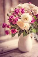 rosas em um vaso foto
