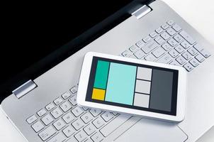 design web responsivo em dispositivos móveis laptop e tablet pc foto