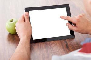 estudante universitário usando tablet digital em branco foto