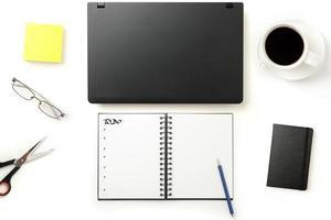 desktop de escritório moderno com laptop fechado foto