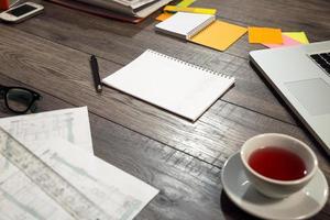 mix de mesa em uma mesa de escritório de madeira