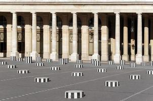 colunas do palácio real em paris foto