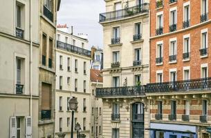 edifícios residenciais parisienses tradicionais. Paris, França. foto
