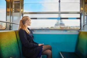 mulher jovem e bonita no metrô parisiense foto