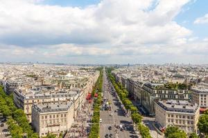 vista da avenida champs elysees do arco do triunfo, paris, frança foto
