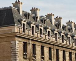 telhado de um edifício em paris foto
