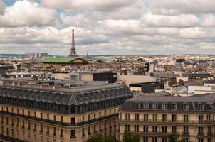 telhados de paris e torre eiffel foto