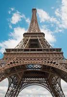 paris - torre eiffel e o céu. foto