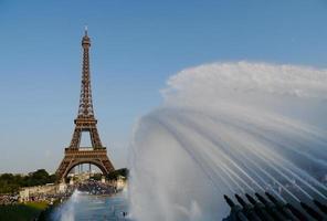 torre eiffel e jatos de água foto