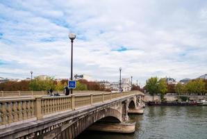 Rio Sena e ponte em Paris, França foto