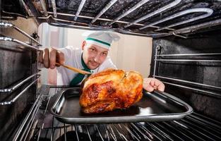 cozinhar frango no forno. foto