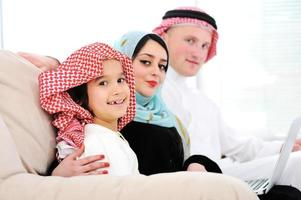 família feliz árabe em casa foto