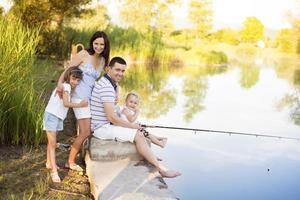pesca em família feliz foto