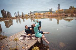 família descansando no lago foto