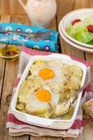 estilo francês gratinado de batata com queijo e ovos foto