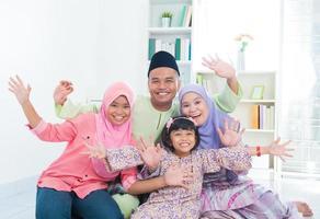 feliz família asiática foto