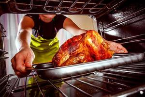 cozinhar frango no forno em casa. foto