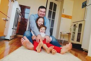 família feliz em casa no chão