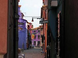 rua burano com a família das casas colorida,