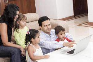 mãe e pai desfrutando com seus filhos foto