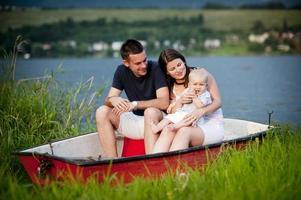 família com bebê no barco foto
