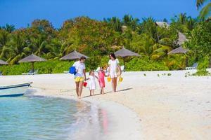 família jovem nas férias de verão na praia foto