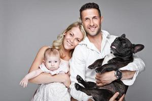 linda família jovem com bebê foto