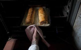 dois rolinhos de salsicha saindo do forno