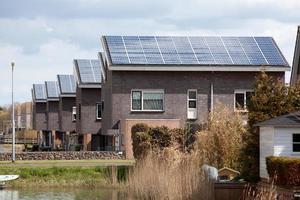 novas casas de família com painéis solares no telhado