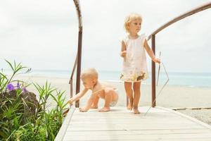bonitos crianças brincando ao ar livre, à beira-mar foto